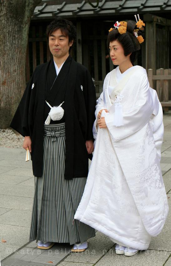 Japanese couple posing for wedding photo
